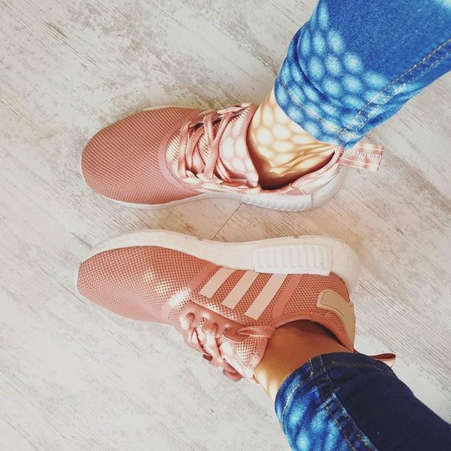 #sunday #sundaynight #sundayvibes #weekendvibes #mood #sunrays #outfitoftheday #outfitfromabove #sneakerhead #snkrhds #snkrs #sneaker #adidas #nmd #adidasnmdr1 #nmdr1 #diemarkemitden3streifen #sneakercollection #girlythings #palepink #softskin #pastel #vieuxrose #denim #easy #basics #comfortzone