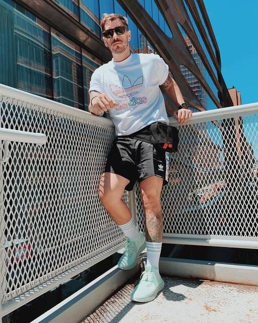 : Chapter 146 - Fashionista : - Já voltei mas ainda tem foto que quero posyar de NYC. Hahaha. Aceitem que trabalharei ainda mais uns dias com stock photos. - Dicas do dia: Bebam água e usem agasalho. - #gaysofinstagram #nyc #highline #worldpride2019 #worldpride #worldpridenyc #likeforlikes #gay #gayguy #gayboy #fashion #adidas #pride #lgbt #beard #lgbtq #lgbtqpride #itboy #tattoos #adidas #adidasoriginals #adidasfuturecraft #sneakers #itboy