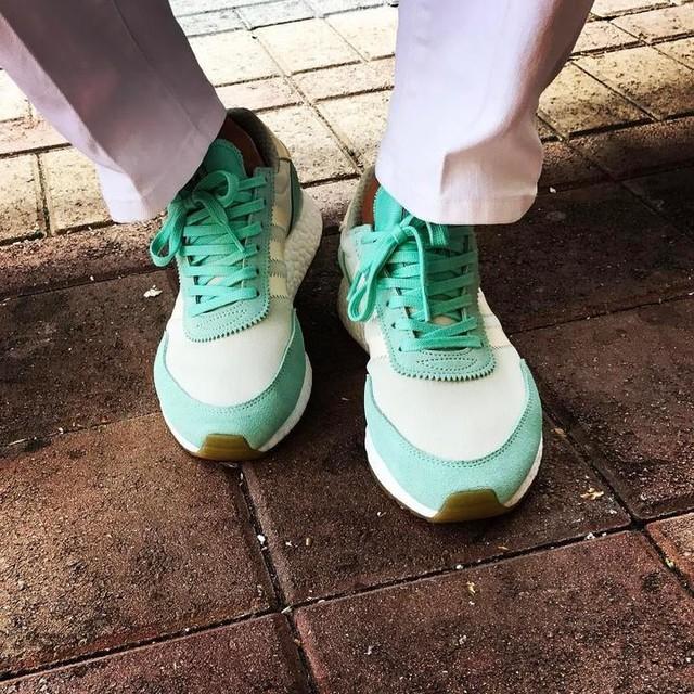 💚💛 unDS @adidasoriginals Women's Iniki Runner in my favorite colorway thus far ❄️💦 #adidas #adidasoriginals #adidasiniki #adidasinikiboost #adidasinikirunner #iniki #inikirunner #uniqlo #adidasgallery #battlekicks #d2f #artonmyfeet