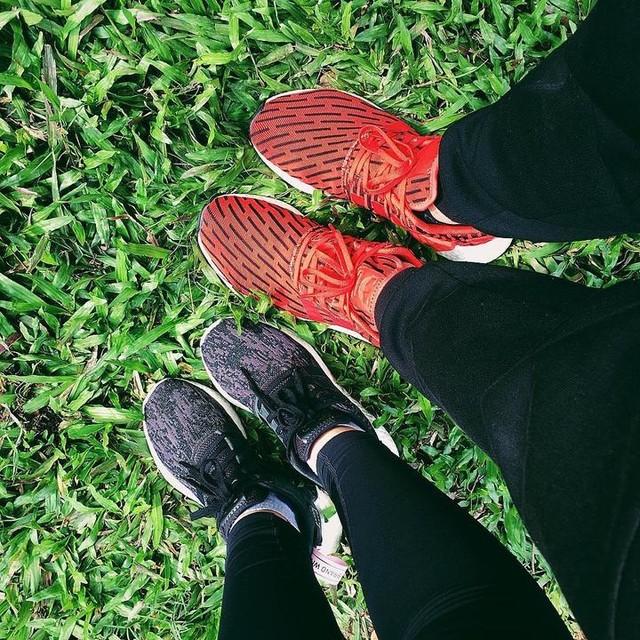 Theo nhau đi khắp thế gian👣👣 2 con nghiện giày 😂 #nmdr2 #nmd #adidas #SPinlove💏