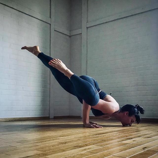 Just showing off and playing with movement #notyoga #movement #yogalife #yogainspiration #egocheck #ashtangi #yogaretreat #adidaswomen #primeknit #armbalance #strengthandflexibility