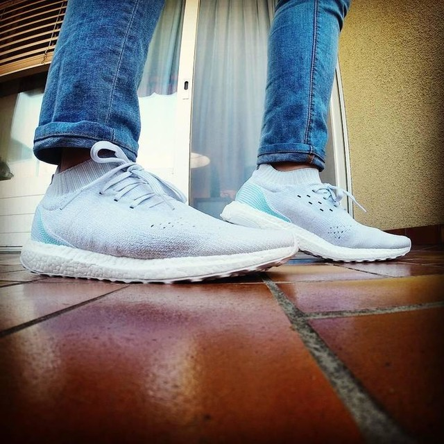 Whipping out some crisp white kicks cause it's a sunny day here  in Zürich. Almost forgot that I had this #parleyboost in the stable.  Thanks @carlojse for reminding me to unds this pair. Lol  #adidas #ultraboost #threestripelife #boostlife #parleyfortheoceans #savingtheocean #oneshoeatatime