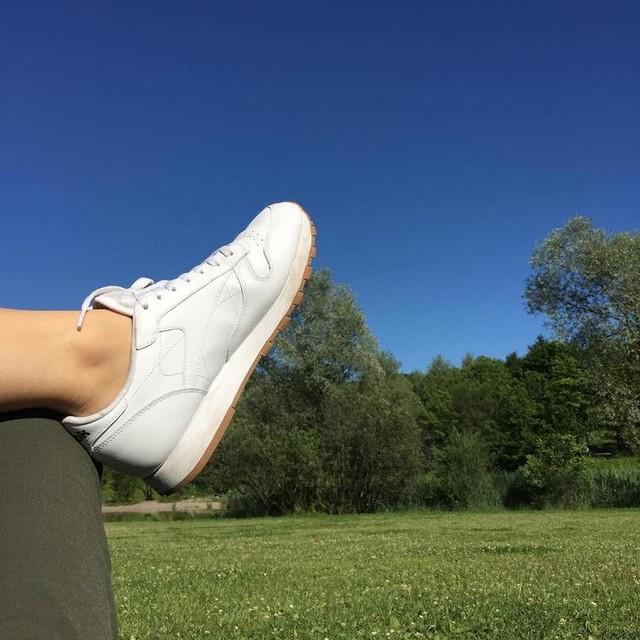 Im Gras liegen und in den Himmel schauen... Schönes Wochenende! #weekend #fridayfeeling #sky #viewup #relax #reebok #blue #nature