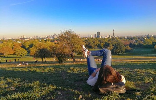 The light is coming to give back everything the darkness stole.☀️ ☀️☀️ #sunset #viewfromthetop #sunsetlovers #sky #picoftheday #nature #photooftheday #beautiful #london #primrosehill #girl #photography #fashion #outfitoftheday #outfit #adidas #sambarose #stradilooks #stradivarius