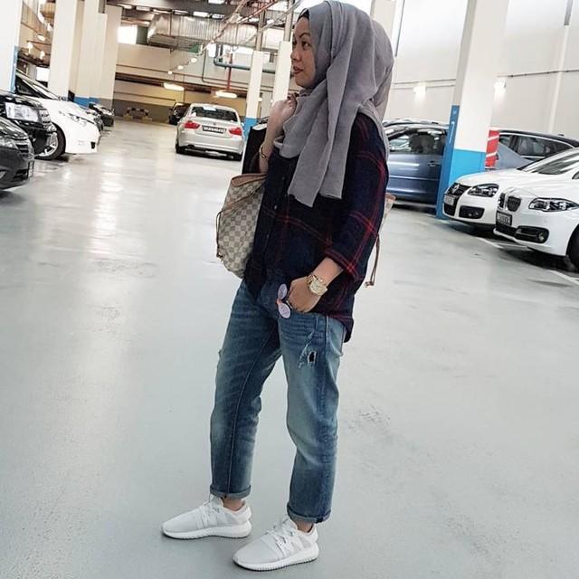 The Casual Hijabi is over stretch jeans. 👖 It's officially baggy boyfriend jeans for me now! 👖Comfort level 1000000%!!! Tap for deets!! Dress Modern👖 Stay Modest 👖 - The Casual Hijabi 👟  #mummyjas #jaslimayassin #hijabifashion #thecasualhijabi #zarajeans #jiemei #dressmodernstaymodest #adidastubular #asneakerskindahijabi