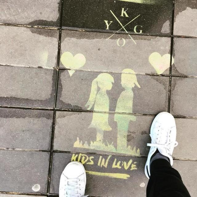 Kids in Love❤️#sidewalk #love #spraypaint #paris #republique #placedelarepublique #kygo #stansmith #❤️ #arty #artiseverywhere #fashionblogger #🇫🇷