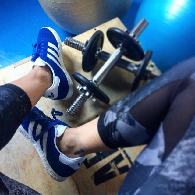 """Si encuentras que te hace feliz no lo dejes solo porque a la gente no le gusta, demasiado difícil ya es encontrarlo"" . . . . . . . . . . . . #work #workout #fitgirl #fitnessgirl #fit #fitness #fitnessmotivation #sneakers #adidas #gazelle #strongissexy #trainingday #training #love #me #tattoogirl #tattoogirls #personaltrainer #me #selfie #sun #swag #shoes #spring #style #sport"