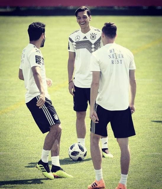 That pre match day mood 😅 🇦🇹🇩🇪 #M1Ö #DieMannschaft #BestNeverRest #HereToCreate @dfb_team @ilkayguendogan @draxlerofficial