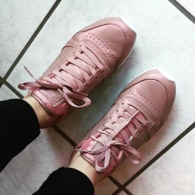 Well, hello #newshoes #happy #sneaker #sneakerhead #addiction #loveit #reebok #reebokclassic #rose #shimmer #fashionaddict #fashion #style #look