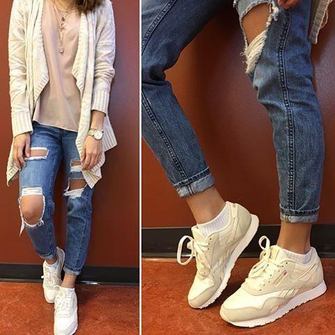 Reeboking 🐾  #ootd #outfitoftheday #style #rippedjeans #reebok #shoes #cardigan #michaelkors #watch #reebokshoes #roupa #estilo #hudabeauty #wakeupandmakeup  #lookoftheday #lookbook #like4like #beautypage #styleblogger #beautyblog #modeling #model #onemanagement #elitemodels #onemodels #imgmodels